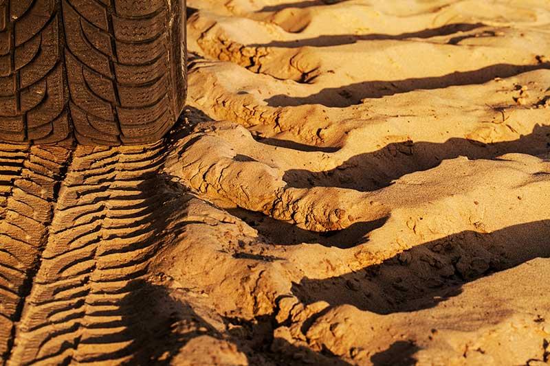 Ruedas desgastadas en el terreno | Desguaces Albacete